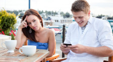 man-texting-while-on-date