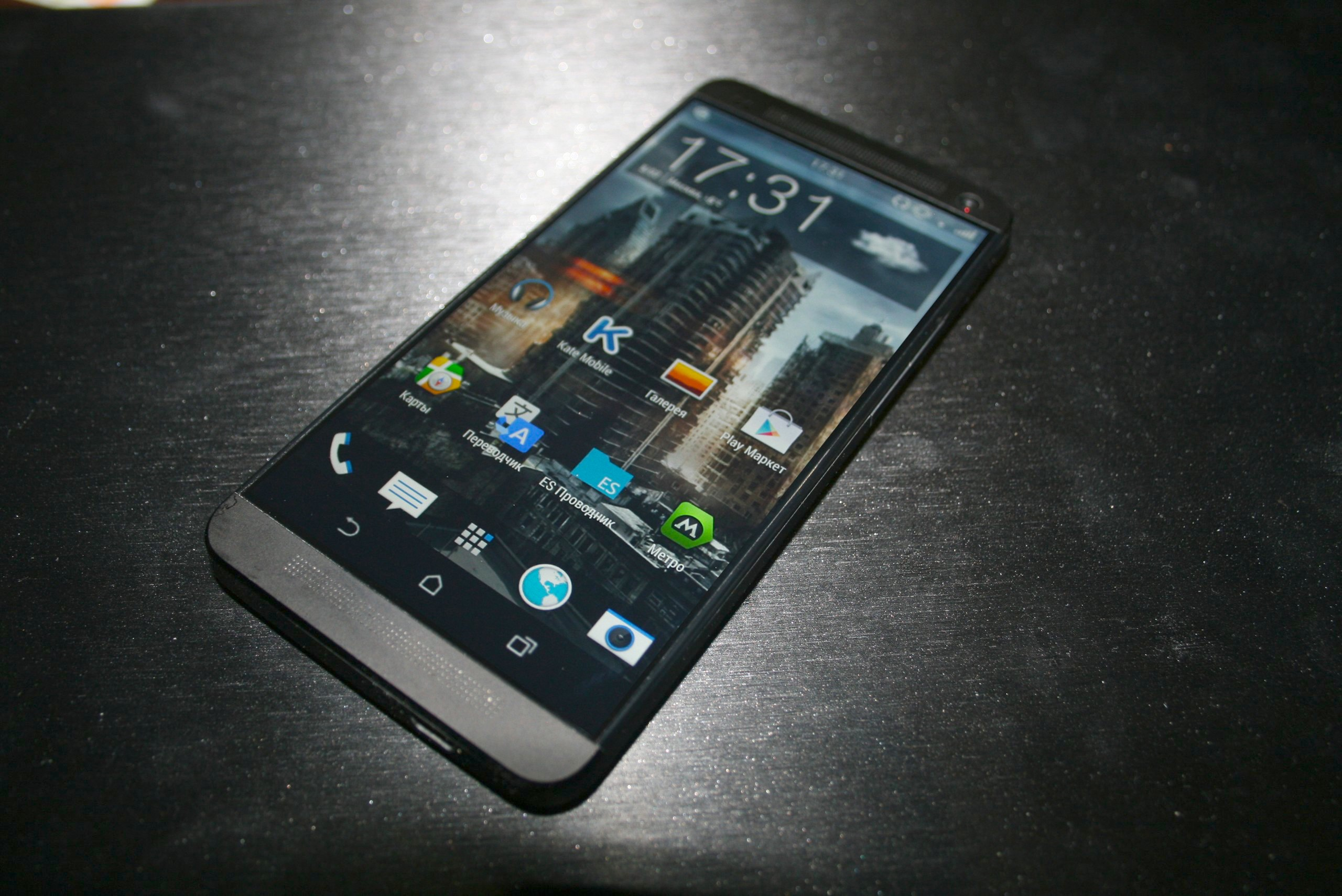 how to set a custom wallpaper on the htc one (m8)